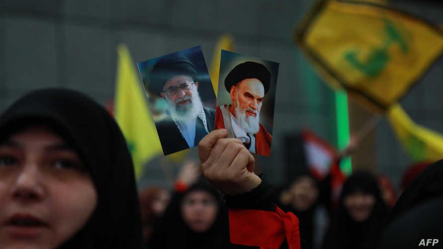 أنصار في حزب الله يحملون صورا لقادة إيرانيين خلال تظاهرة في بيروت