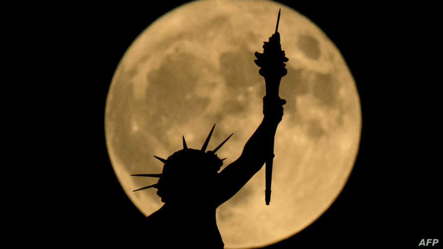 خلف تمثال الحرية في نيويورك
