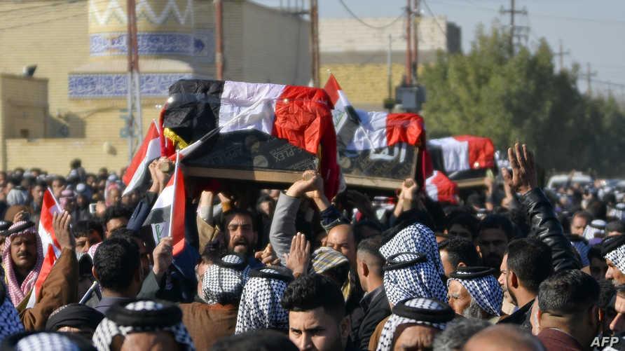 عراقيون يشيعون أشخاصا قتلوا بعد اختطافهم في منطقة النخيب أثناء جمعهم الكمأة