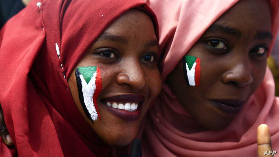 فتاتان سودانيتان تشاركان في الاعتصام أمام القيادة العامة للقوات المسلحة في الخرطوم