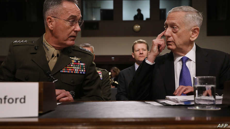 ماتيس (يمين) قبيل الإدلاء بشهادته أمام الكونغرس مع الجنرال جوزيف دنفورد