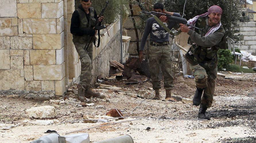 عناصر من المعارضة السورية خلال معركة في إدلب-أرشيف