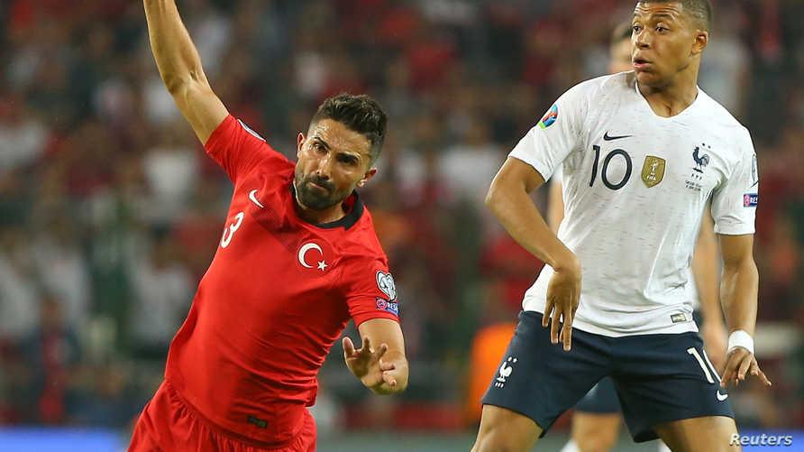 مشهد من مباراة تركيا وفرنسا