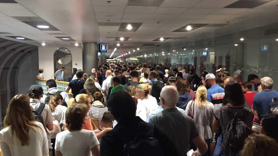 صورة لتكدس المسافرين في مطار ميامي