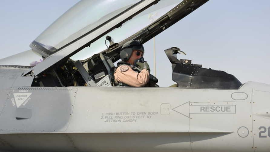 قائد سلاح الجو الأميركي في القيادة الوسطى الفريق جوزيف غاستيلا على متن إحدى طائرات السرب في قاعدة العديد في قطر