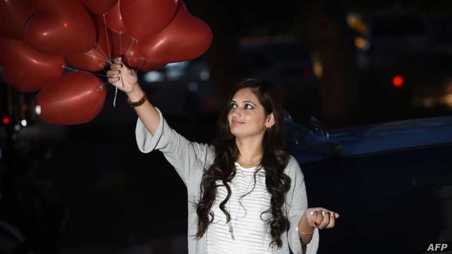 باكستانية تستعد للاحتفال بعيد الحب