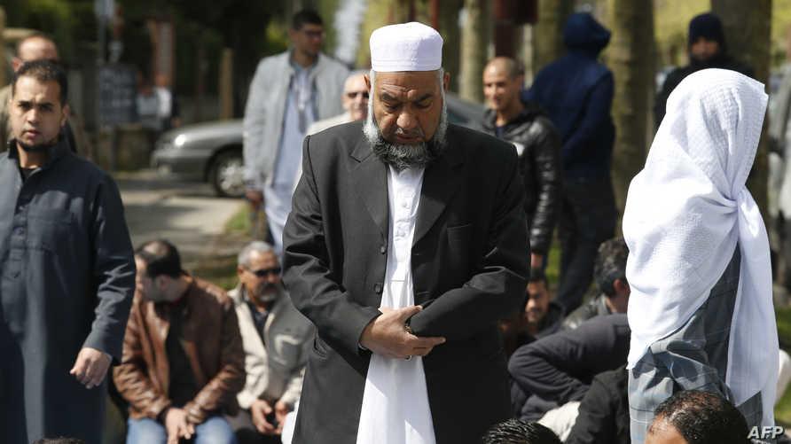 مسلمون يصلون في أحد شوارع باريس - أرشيف