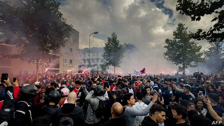 احتشد مئات الأشخاص أمام منزل أسرة اللاعب في امستردام