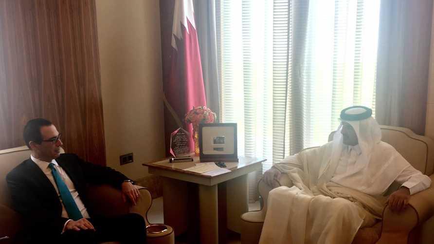 منوشن مع أمير قطر -المصدر: حساب منوسن على تويتر