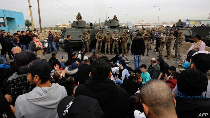 الجيش المنتشر في المكان أطلق النار في الهواء لتفريق المحتجين