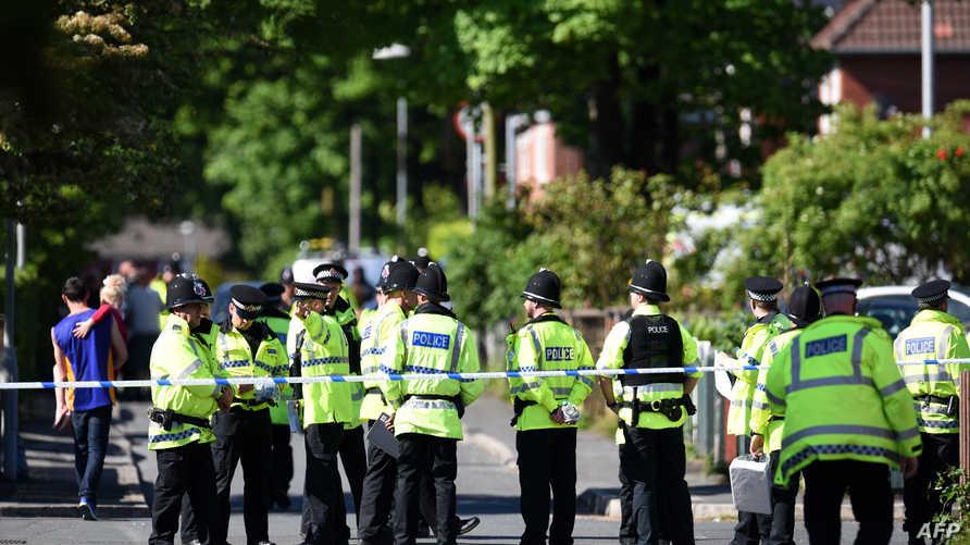 عناصر من الشرطة البريطانية قرب موقع الهجوم في مانشستر