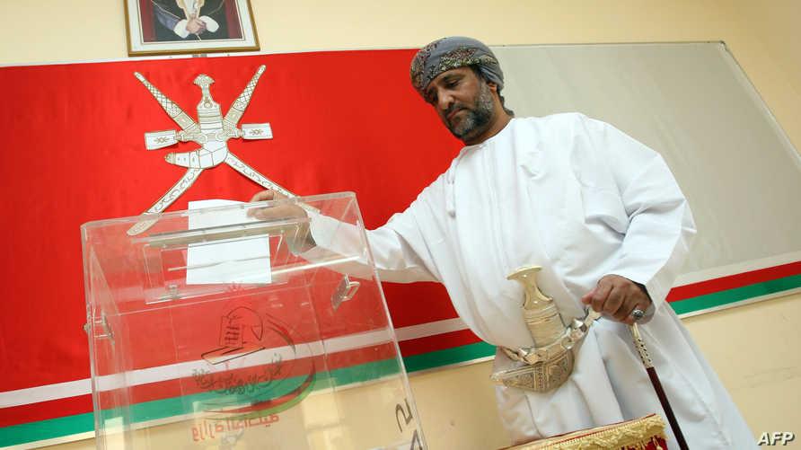 مواطن عماني يدلي بصوته في انتخابات سابقة