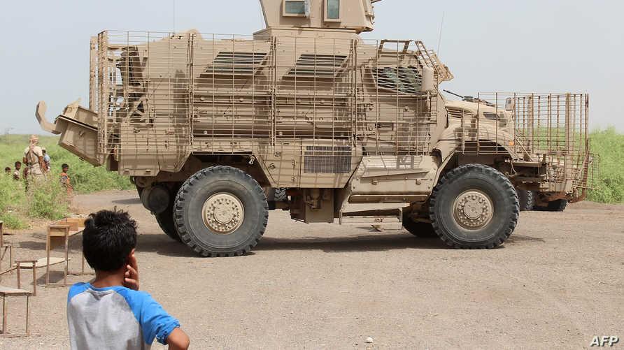 طفل يمني أمام مدرعة عسكرية إماراتية اليمن