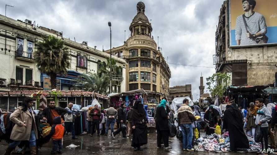 مواطنون في أحد أسواق العاصمة المصرية القاهرة