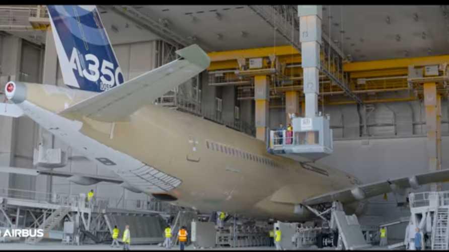 طائرة إيرباص أي350-1000 أثناء وضع اللمسات الأخيرة عليها