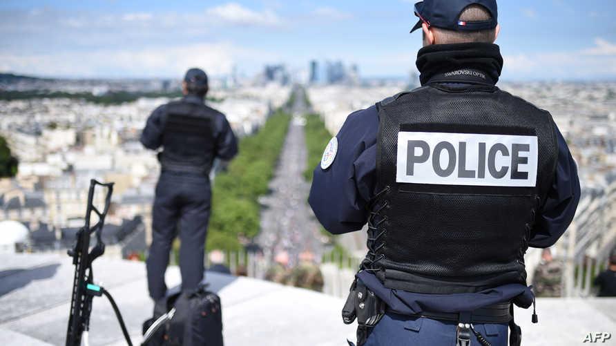 عنصران من الشرطة الفرنسية يراقبان شوارع باريس