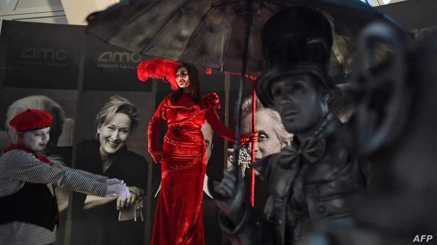 امرأة تلتقط صورة خلال انطلاق العروض التجريبية