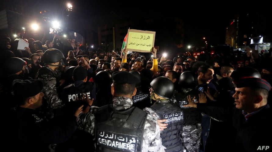 متظاهرون أردنيون يرفعون شعارات ضد رئيس الحكومة
