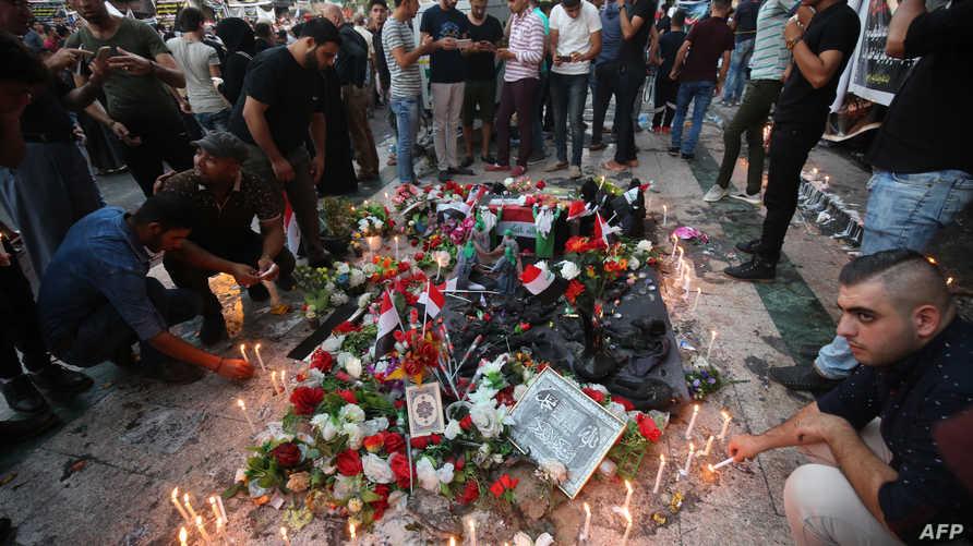 عراقيون يشعلون شموعا حزنا على ضحايا عملية إرهابية - صورة أرشيفية