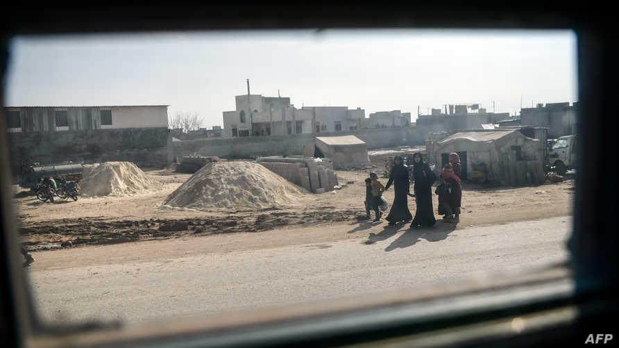 نساء سوريات وأطفالهن بالقرب من الحدود السورية ـ التركية