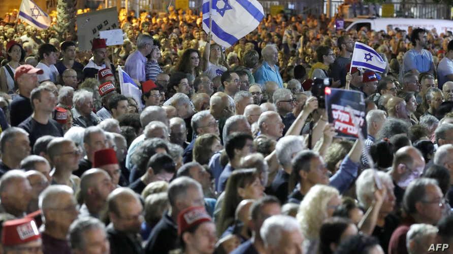 مناصرون للمعارضة الإسرائيلية في مظاهرة ضد رئيس الورزاء بنيامين نتانياهو في تل أبيب