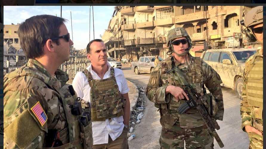 مكغيرك مع جنديين أميركيين في الرقة- الصورة من حساب مبعوث التحالف على تويتر
