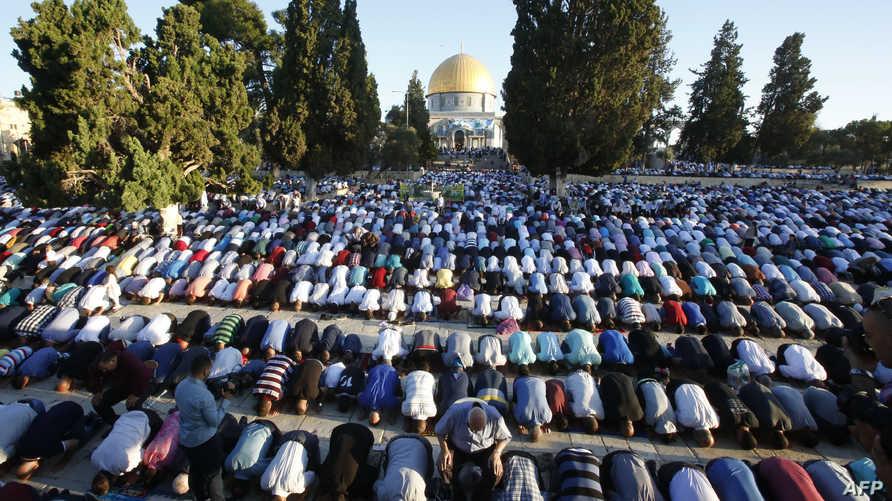 فلسطينينون يؤدون صلاة العيد في باحة المسجد الأقصى
