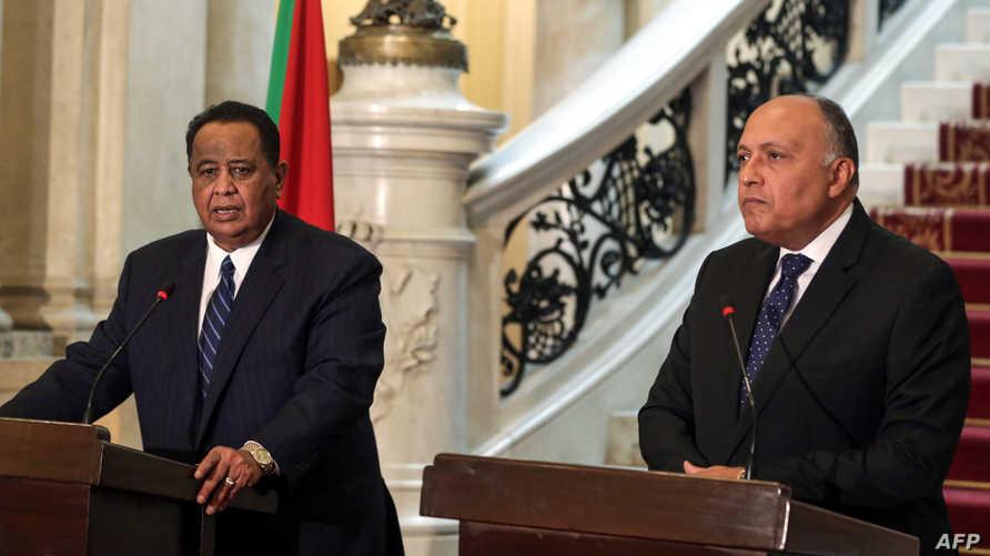 وزير الخارجية السوداني إبراهيم الغندور (يسار) ونظيره المصري سامح شكري (يمين)