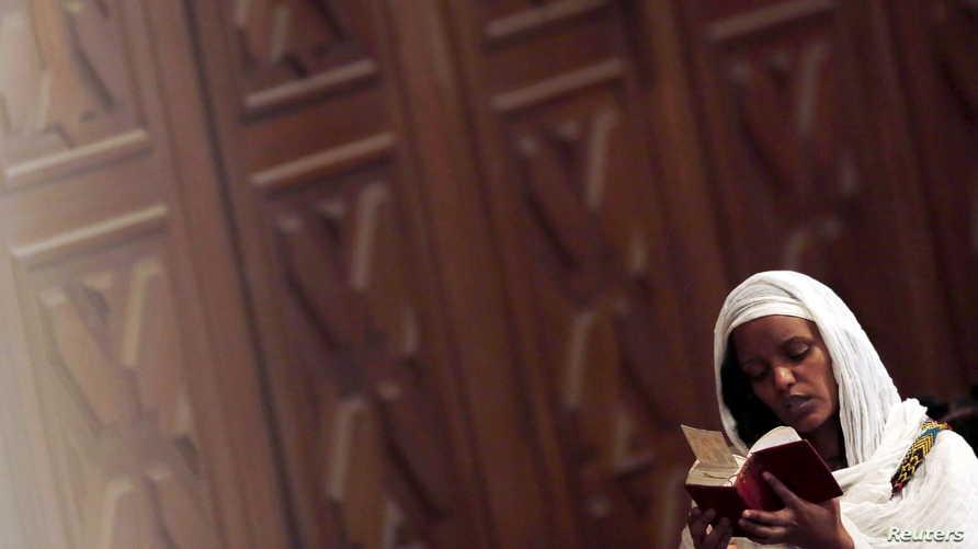 سيدة أفريقية تحضر احتفال ميلاد المسيح في مصر
