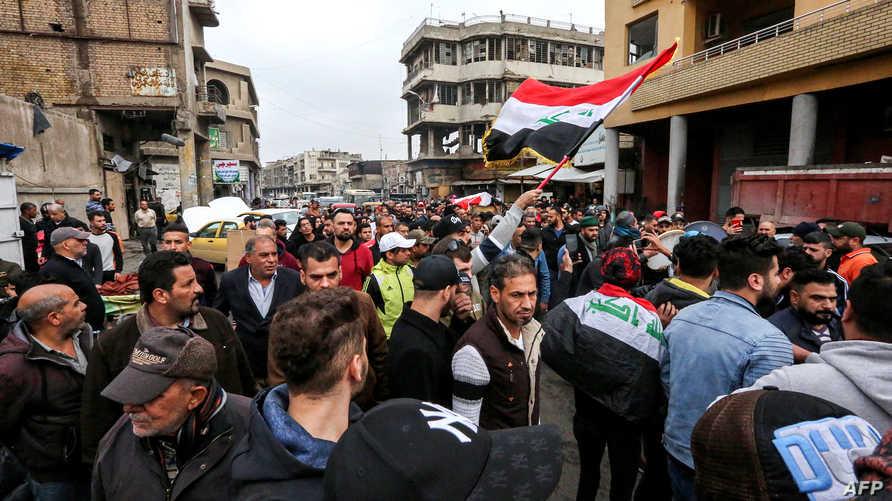 متظاهرون عراقيون في بغداد يشيعون أحد ضحايا القمع الذي شهدته انتفاضة العراق على أيدي مليشيات مدعومة من إيران