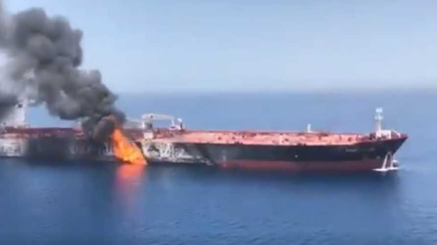 صورة لناقلة نفط تعرضت للهجوم في خليج عمان