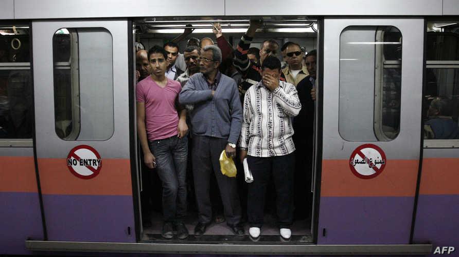 مصريون في إحدى محطات مترو القاهرة - أرشيف