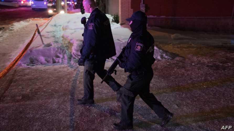 رجلا شرطة بالقرب من موقع الهجوم