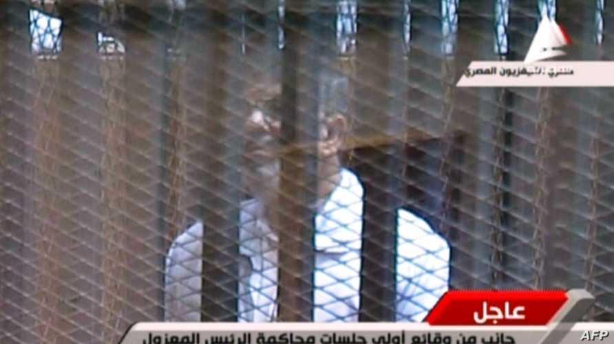 الرئيس المصري المعزول محمد مرسي داخل قفص الاتهام في محاكمة سابقة