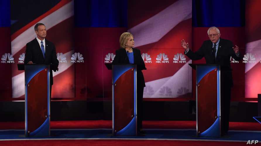 كلينتون وساندرز وأومالي خلال المناظرة في تشارلستون