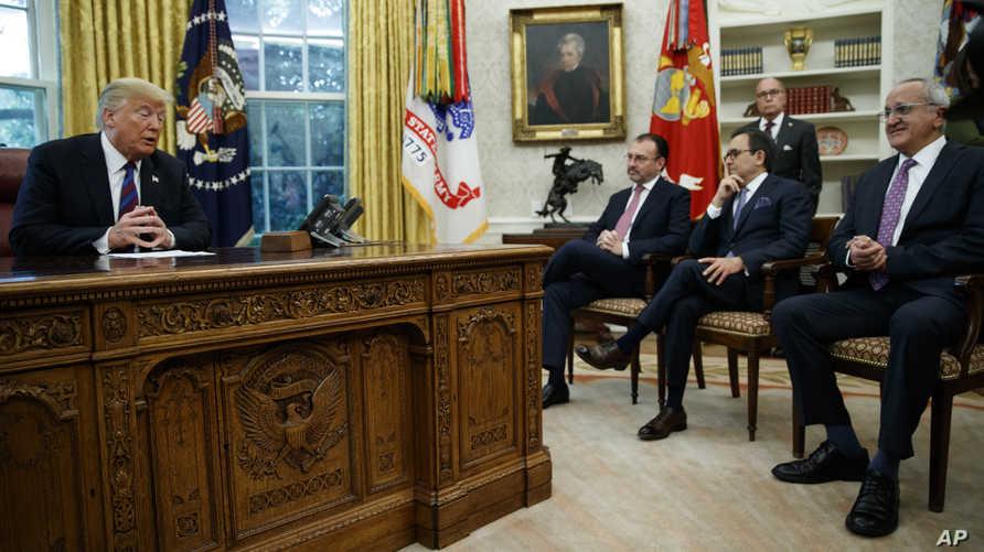 الرئيس ترامب خلال المكالمة مع الرئيس المكسيكي