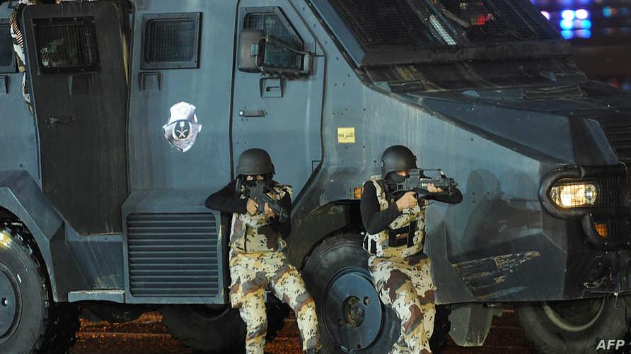 عنصران من الشرطة السعودية خلال تدريبات في مكة
