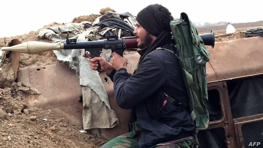 عنصر مسلح موالي للحكومة السورية قرب مطار دير الزور - أرشيف
