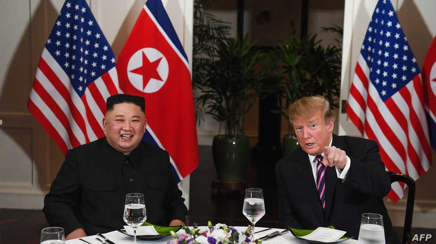 الرئيس دونالد ترامب والزعيم الكوري الشمالي كيم جونغ أون على مأدبة عشاء