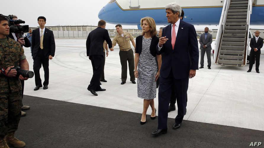 كيري مع السفيرة الأميركية في اليابان كارولين كينيدي