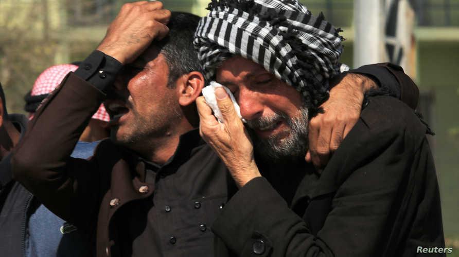 يبكون أقاربهم الذين قتلوا في حادثة غرق العبّارة