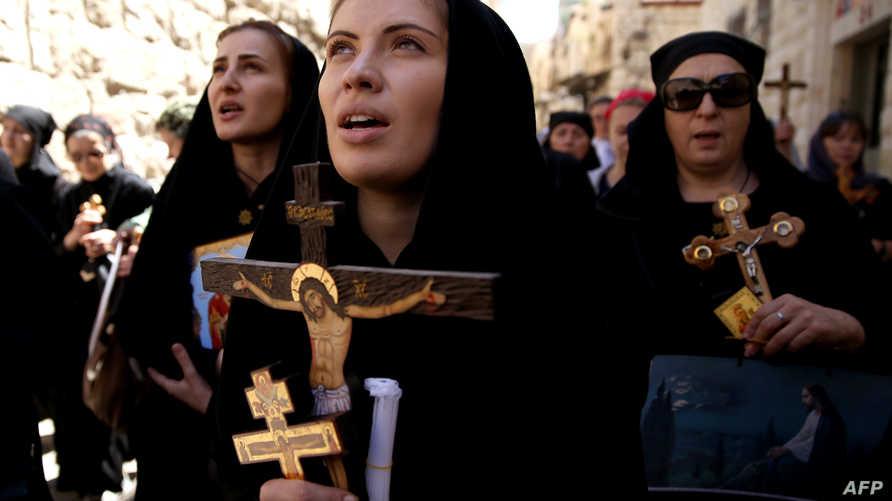 مسيحيون يسيرون في درب الآلام بالقدس القديمة يوم الجمعة العظيمة.