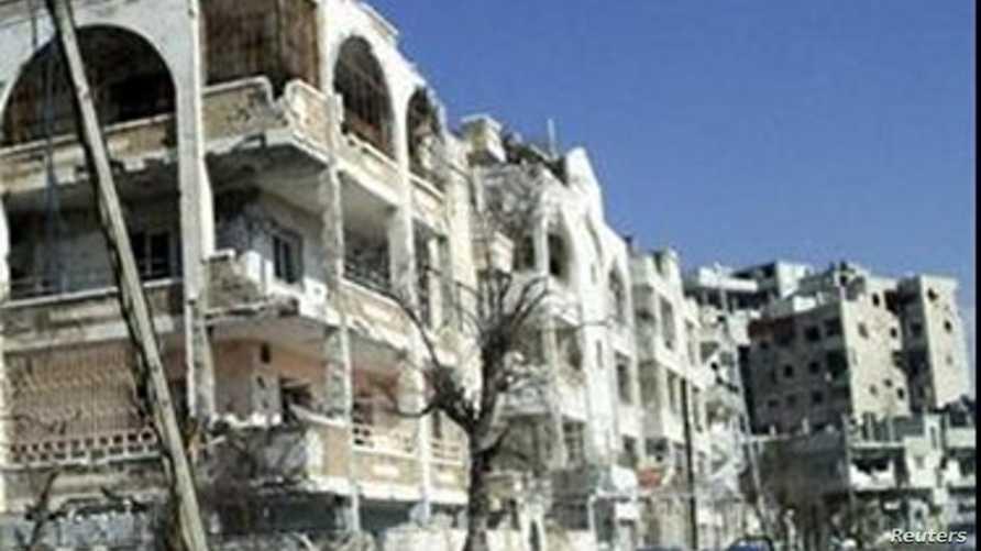 مبنى مضار جراء القصف في حي الإنشاءات بحمص يوم الجمعة
