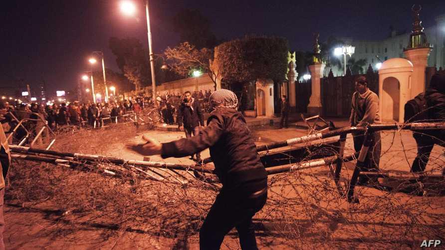 اشتباكات بين الشرطة ومعارضين للرئيس المصري محمد مرسي أمام قصر الاتحادية في القاهرة
