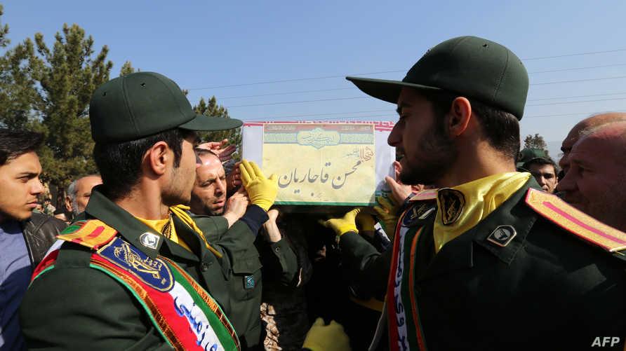 عناصر من الحرس الثوري الإيراني خلال جنازة أحد القتلى في حلب_أرشيف