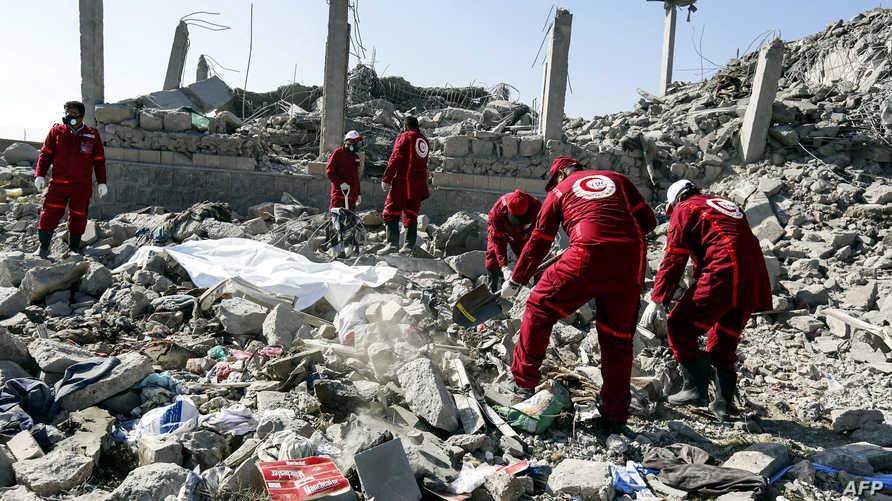 عمال إغاثة يبحثون عن ناجين في ركام مركز احتجاز تابع للحوثيين بعد تعرضه للقصف من قبل التحالف بقيادة السعودية