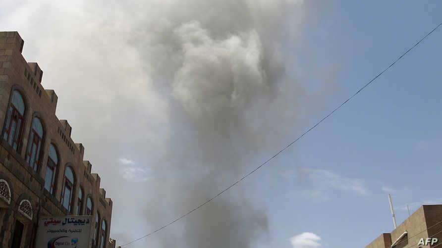 يمنيون يفرون إثر إحدى غارات التحالف في صنعاء - أرشيف