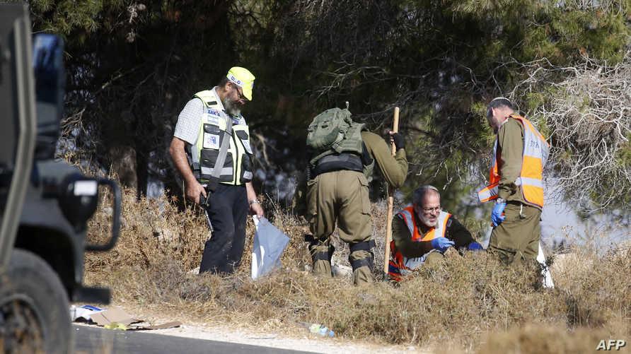 جنود إسرائيلون قرب موقع العثور على جثة الجندي دفير سوريك