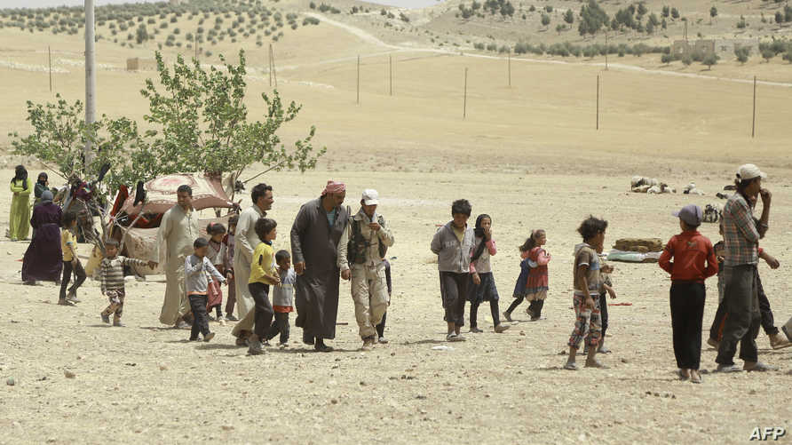 مدنيون سوريون ممن غادروا منبج في مخيم للنازحين خارج المدينة