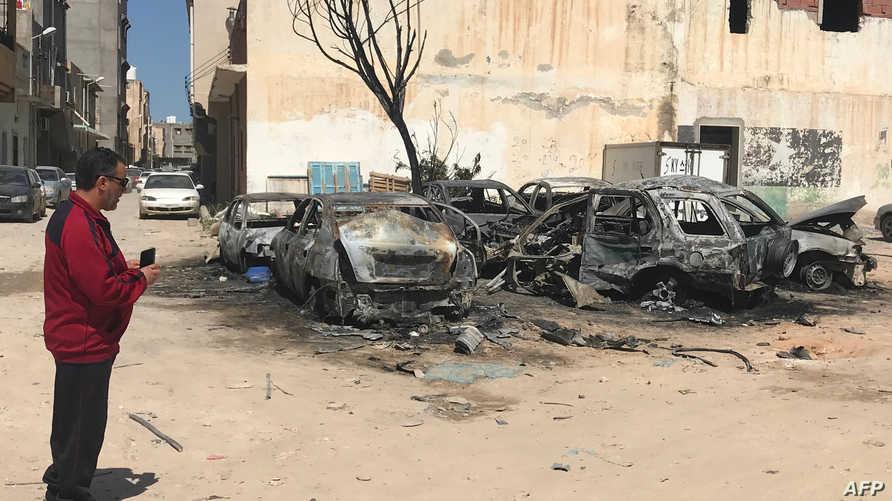 من آثار القصف في العاصمة الليبية طرابلس